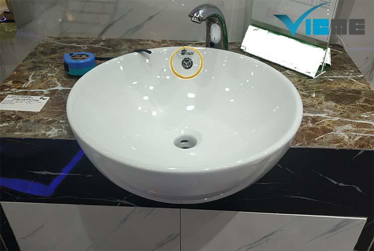 Lỗ nhỏ trên chậu rửa mặt có tác dụng thoát nước tràn